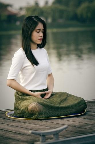 méditation transcendantale au bord de l'eau