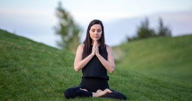 méditation transcendantale au milieu d'une prairie