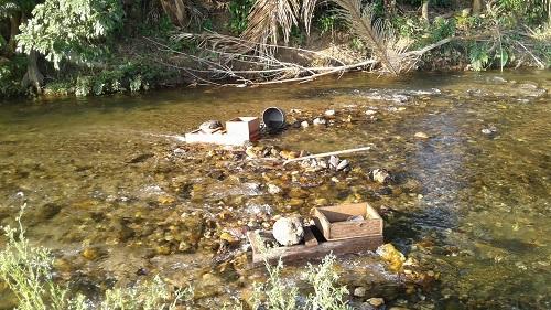 rivière aurifère au royaume-uni avec des rampes d'orpaillage en bois