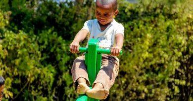 enfant malgache qui joue, aidé par une ONG association 2400 sourires
