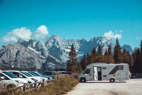 camping-car seul au milieu des montagnes
