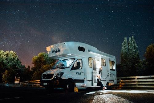 camping car sur la route au milieu de la nuit