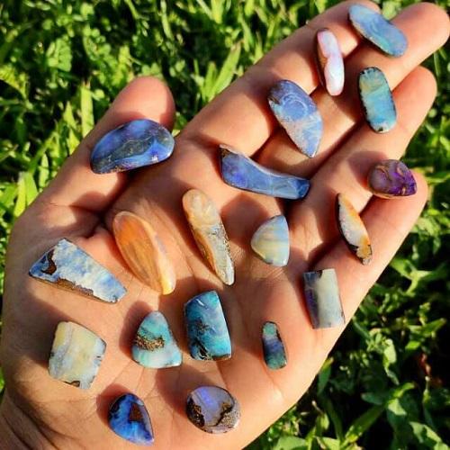 opales taillées dans une main par charliesgems.fr