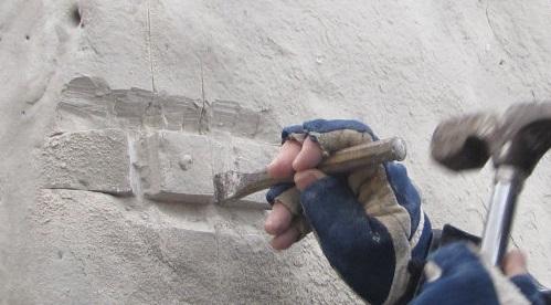 extraction d'un fossile dans de la roche calcaire