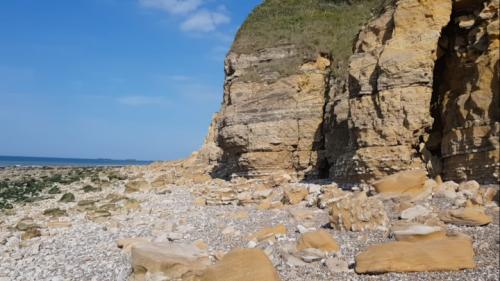 falaise et éboulis idéal à prospecter pour trouver des fossiles